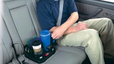 Kaffee auf der Rücksitzbank